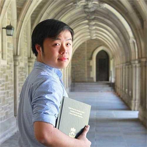 Châu Thanh Vũ (SN 1992, Phan Rang, Ninh  Thuận) tốt nghiệp Đại học Princeton, bang New Jersey, Mỹ với tấm bằng danh giá. Sau khi  được nhận tấm bằng đại học danh giá với luận văn tốt nghiệp xuất sắc nhất, chàng trai quê Ninh Thuận sẵn sàng cho khóa học tiến sĩ tại Đại học Harvard.