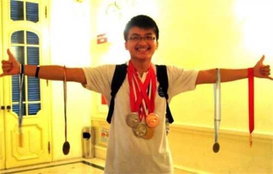 Chàng trai vàng xứ Thanh Lê Huy Quang nhận được học bổng 60.000 USD mỗi năm của Học viện Công nghệ Massachusetts (MIT), Mỹ. Huy Quang là chủ nhân của huy chương vàng Olympic Vật lý khu vực và huy chương bạc Olympic Quốc tế 2012. Với bề dày thành tích, Quang đã vượt qua hàng ngàn người lọt vào 7% số sinh viên được vào học tại ngôi trường danh tiếng MIT.