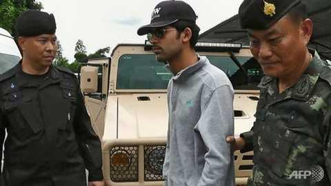 Cảnh sát Thái Lan bắt giữ nghi can chính (giữa) trong vụ đánh bom đền Erawan Ảnh: AFP