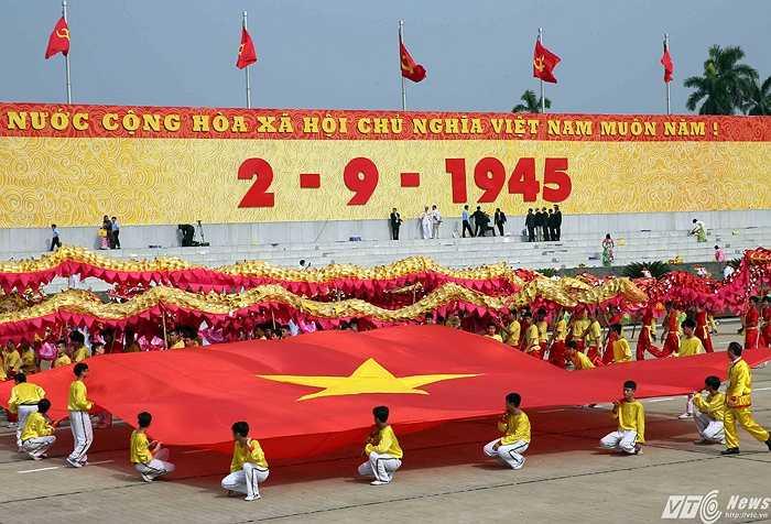 Hơn 30.000 người đã có mặt tại quảng trường Ba Đình và hàng chục triệu đồng bào dõi theo lễ diễu binh, diễu hành hùng tráng. (Ảnh: Quang Minh)