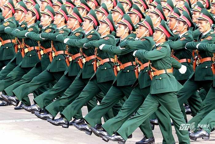 Các lực lượng quân đội diễu hành qua lễ đài