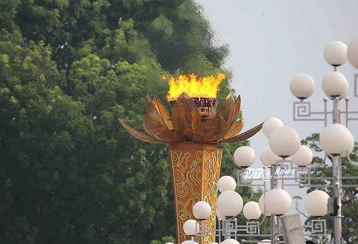 7h35, lễ diễu binh, diễu hành chính thức được bắt đầu.