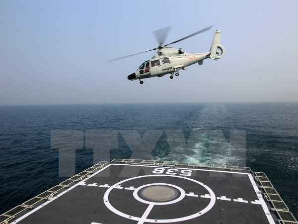 Máy bay trực thăng cất cánh từ tàu sân bay của hải quân Trung Quốc tham gia cuộc diễn tập tại Thanh Đảo ngày 23/4 - Ảnh: TTXVN