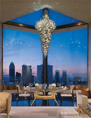 Phòng ăn lãng mạn nhìn ra khung cảnh thành phố, trên trần treo đèn pha lê rất sang trọng