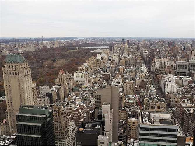 Căn phòng có 4 ban công bằng kính và cửa sổ cao tới trần với hướng nhìn tuyệt vời ra các cao ốc của Manhattan
