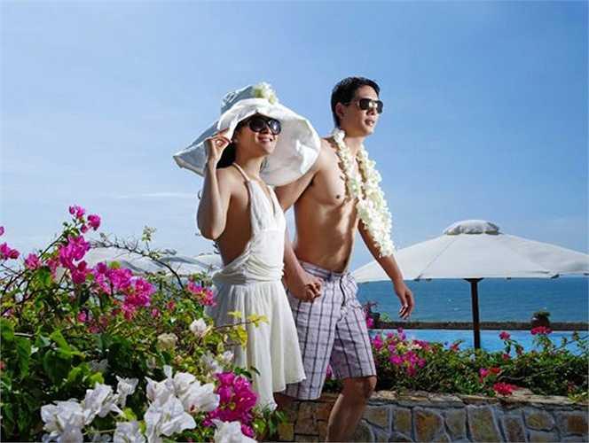 Mỗi khi nam diễn viên xuất hiện tại các sự kiện lớn nhỏ, anh đều đưa bà xã Anh Thơ đi cùng và vui vẻsánh đôi bên nhauở khắp mọi nơi.
