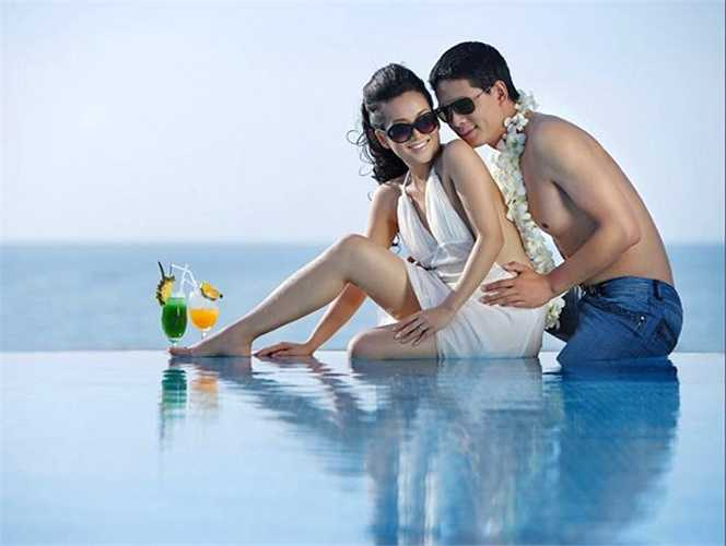 Cả hai không ngại thể hiện tình cảm dành cho nhau khi tạo dáng trước khung cảnh lãng mạn, sang trọng của resort cao cấp.