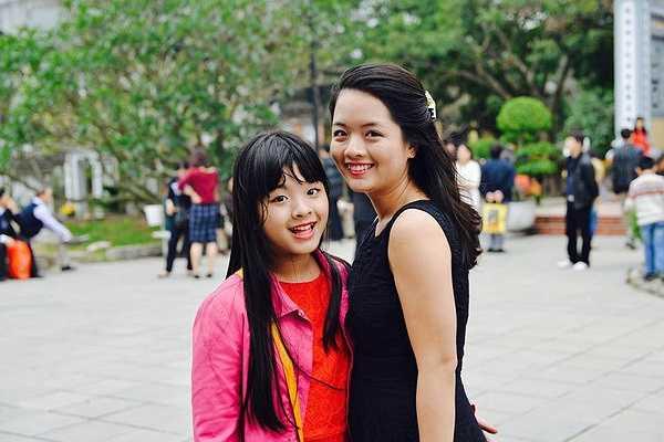 Hồng Mi được sinh trưởng trong gia đình có truyền thống nghệ thuật. Ông của bé là cố nhạc sĩ Đỗ Nhuận. Bố của Hồng Mi là Chủ tịch Hội nhạc sĩ Việt Nam, mẹ là NSƯT trên màn ảnh rộng. Từ nhỏ, cô bé đã theo mẹ trong những chuyến lưu diễn của Nhà hát kịch. Tuy nhiên, 'tiểu thư' nhà nhạc sĩ Hồng Quân không muốn trở thành nghệ sĩ.