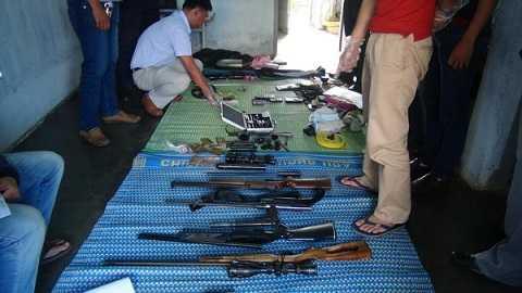 Số súng, đạn thu được trong quá trình khám xét nơi ở của nghi can Kiều Quốc Huy - Ảnh: Khôi Nguyên