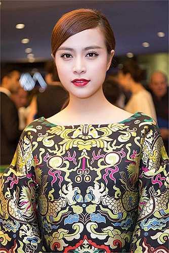 Ngoài ra, cô nàng còn tỏ ra linh hoạt khi thường xuyên biến đổi phong cách make up, khi nhẹ nhàng, trong suốt lúc thì sắc sảo và quyến rũ.