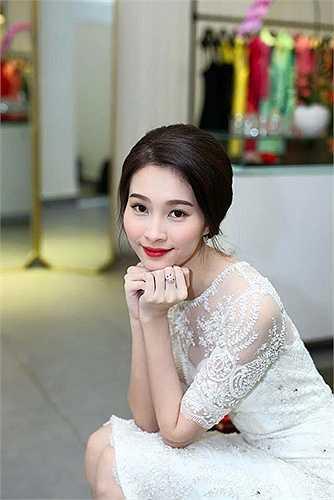 Hoa hậu Đặng Thu Thảo: Không chỉ trong phong cách thời trang, gu trang điểm của hoa hậu Đặng Thu Thảo vẫn luôn an toàn và phù hợp với thị hiếu người hâm mộ Việt.