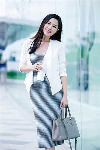 Bên cạnh phong cách thời trang duyên dáng, bà xã Đăng Khôi còn ghi điểm nhờ lối make up nữ tính, không quá sắc sảo.
