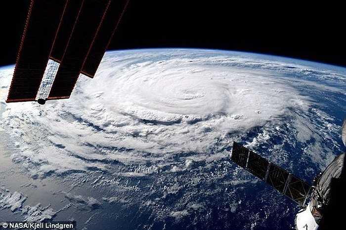 Ba cơn bão này đang ở cấp độ nguy hiểm cấp 3, có lúc chúng đã đạt tới cấp 4