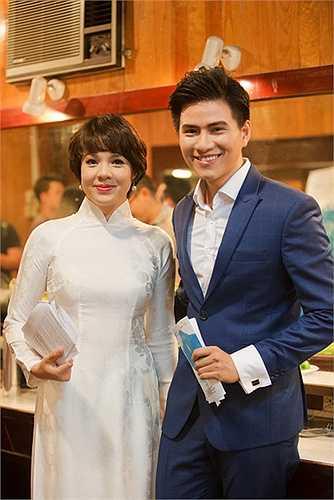 Chàng MC cảm thấy thoải mái và hứng khởi khi đứng cạnh đàn chị Diễm Quỳnh.