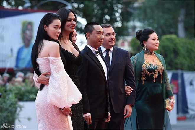 Người đẹp 'Võ Tắc Thiên' cùng đoàn phim Magic card dự lễ khai mạc LHP Venice, diễn ra ở Italy hôm 2/9.