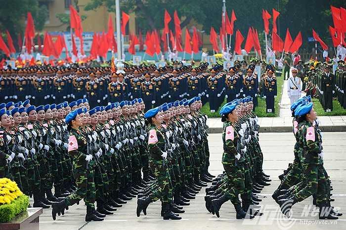 Khối nữ chiến sĩ quân y tiến qua lễ đài trong quảng trường Ba Đình. Đây là lực lượng luôn bám sát bộ đội, vừa chiến đấu vừa cấp cứu, điều trị thương binh, bệnh binh, chăm sóc sức khỏe bộ đội và nhân dân, góp phần nâng cao sức mạnh chiến đấu của bộ đội.