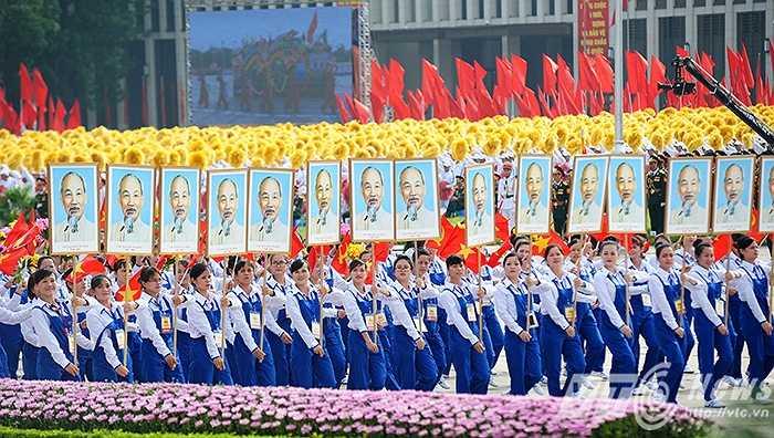 Khối nữ công nhân tham gia diễu binh. (Ảnh: Việt Linh)