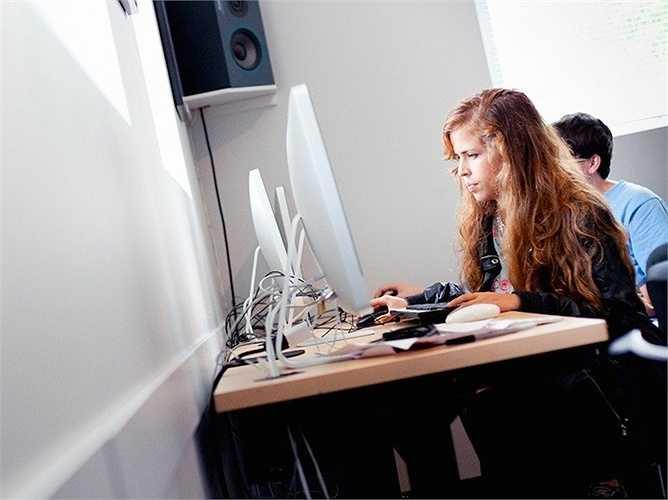 15. Nhà phân tích hoạt động nghiên cứu - Mức lương trung bình năm: 82.940 USD  Mô tả công việc: Sử dụng các phương pháp toán học và các loại phân tích tiên tiến để giúp các tổ chức điều tra về các vấn đề phức tạp, xác định và giải quyết vấn đề đó và đưa ra quyết định tốt hơn.  Yêu cầu: Nhiều vị trí chấp nhận những người có bằng cử nhân, nhưng một số nhà tuyển dụng thích thuê những ứng viên có bằng thạc sĩ hoặc tiến sĩ.