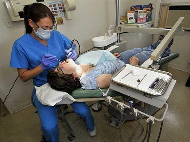 20. Nha sĩ chỉnh răng hàm mặt - Mức lương trung bình năm: 201.030 USD  Mô tả công việc: Kiểm tra, chẩn đoán và điều trị nha khoa, điều chỉnh các dị thường ở khoang miệng, thiết kế để sắp xếp lại răng và hàm.  Yêu cầu: Cử nhân được đào tạo về nha khoa bốn năm và đào tạo nội trú từ một đến hai năm.