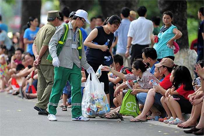 Giữ gìn đường phố sạch sẽ trong lễ diễu binh