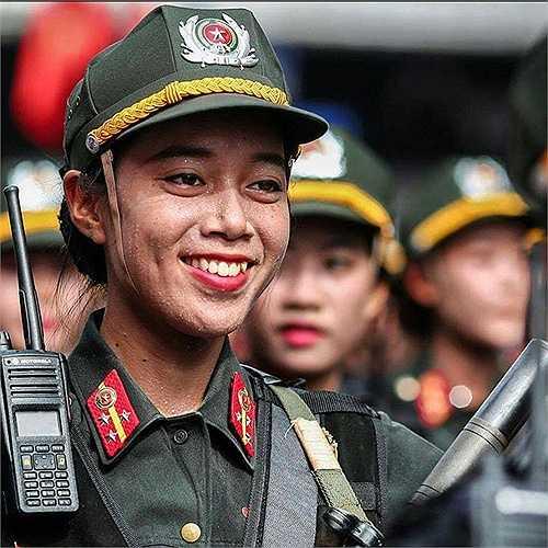 Những giọt mồ hôi lăn trên khuôn mặt của một nữ chiến sĩ cảnh sát. (Ảnh: Otofun)