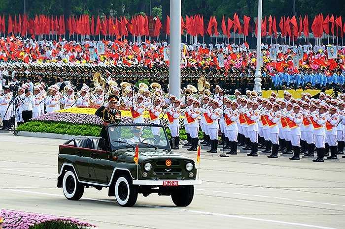 Trung tướng Võ Văn Tuấn - Phó Tổng tham mưu trưởng Quân đội Nhân dân Việt Nam trên xe chỉ huy đi ngang qua Quảng trường Ba Đình trong lễ diễu binh.