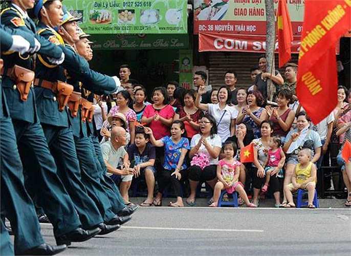 Đoàn diễu binh đi trên phố phường Hà Nội trong những tiếng hô vang từ người dân đón chào.