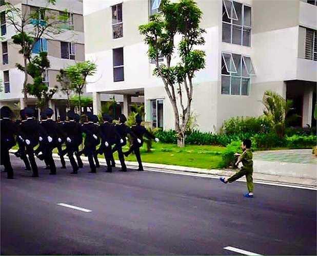 Một em nhỏ tập bước đều theo chân các chiến sĩ trong đoàn diễu binh.