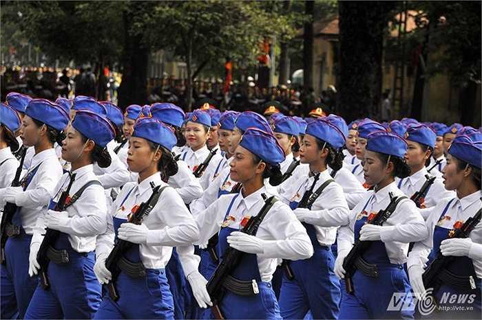 Trong ảnh là khối nữ tự vệ đi qua phố Nguyễn Thái Học.
