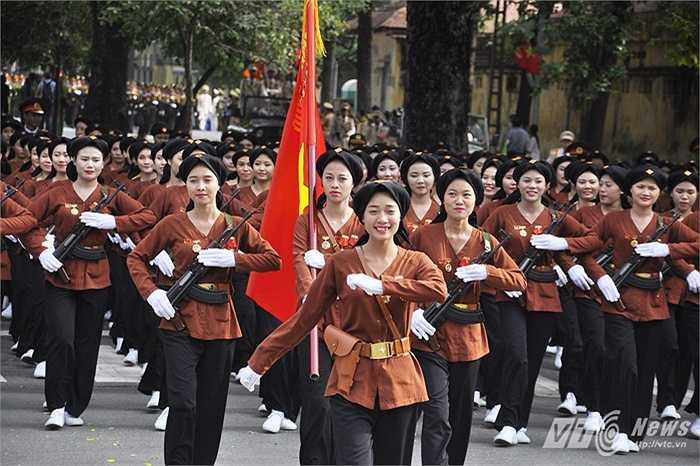 Hình ảnh đẹp rạng ngời của khối nữ dân quân miền Bắc. Hình ảnh do PV VTC News ghi lại tại đường Hùng Vương.
