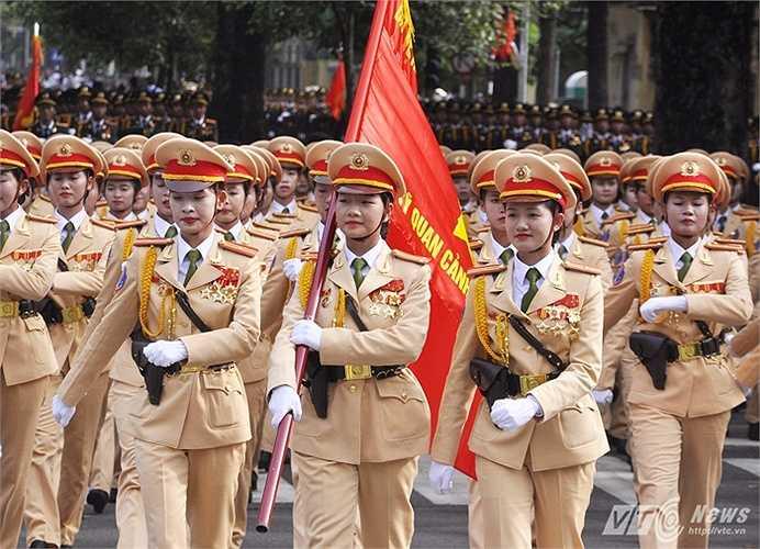 Khối nữ Cảnh sát giao thông tươi cười chào người dân khi diễu qua các tuyến phố. Những bóng hồng luôn nhận được tình cảm đặc biệt của người dân.