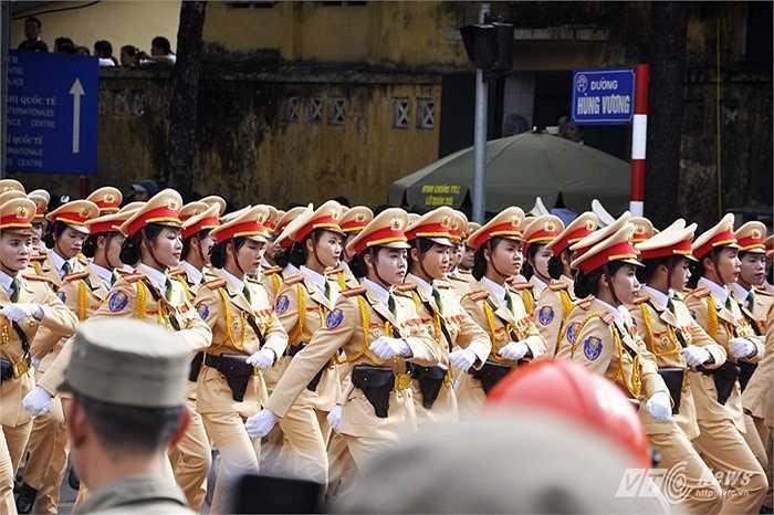 Khối nữ CSGT diễu hành qua đường Hùng Vương.