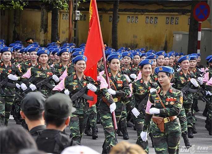 Khối nữ chiến sĩ quân y đặc biệt gây chú ý trong lễ diêu binh. Các nữ chiến sĩ luôn tươi cười, động tác  mạnh mẽ, dứt khoát nhưng vẫn giữ nguyên vẻ duyên dáng, mềm mại của 'đội quân tóc dài'.