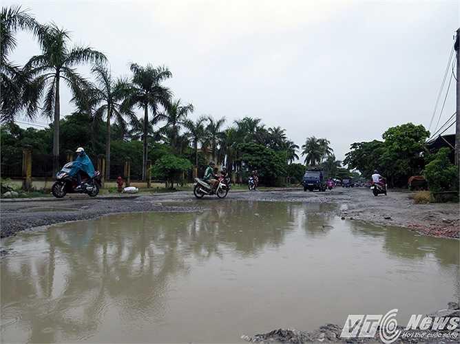 Nhất là sau những trận mưa rào, lòng đường trở thành các ao hồ, ổ trâu, ổ voi, đe dọa sự an toàn của người dân.