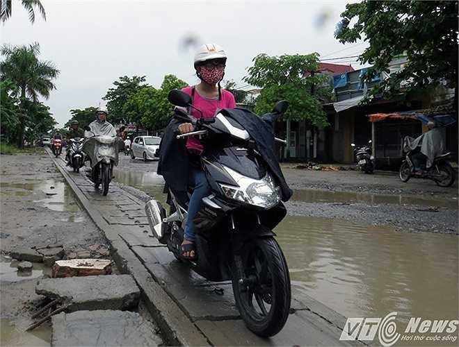 Ngày 10/8, đơn vị thi công tiến hành sửa chữa trên cốt nền đường cũ nhưng các hộ dân ngăn cản không cho thi công.