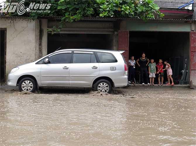 ... mưa lớn, nước giềnh lên mấp mé nền nhà dân.