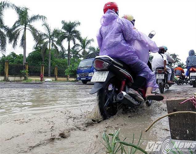 Bánh xe ngập trong nước.