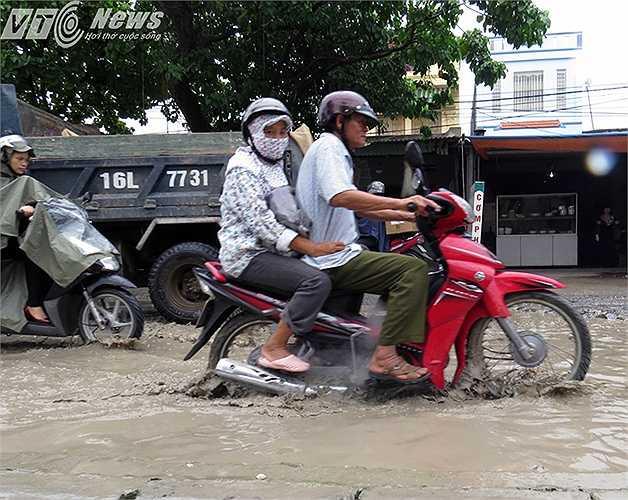 Nguy hiểm nhất là người già và phụ nữ điều khiển xe máy qua những 'hố bom' như thế này.