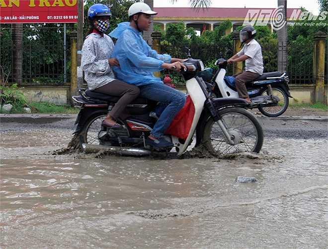 Ông Đặng Trung Kiên - Phó Giám đốc Ban Quản lý dự án 1 cho biết, xảy ra tình trạng này là do đang vướng mắc trong việc hỗ trợ 37 hộ dân có đất bị thu hồi thuộc đất hành lang đường.