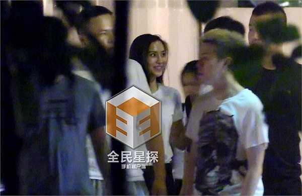 Mới đây, Phong Hành Studio lại vừa đăng tải hình ảnh Angela Baby đi ăn tối cùng một chàng trai lạ mặt nhưng không hề thấy bóng dáng của ông xã Huỳnh Hiểu Minh bên cạnh