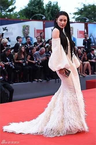 Xuất hiện tại Lễ khai mạc LHP Quốc tế Venice lần thứ 72 được tổ chức vào hôm qua (ngày 2/9), Trương Hinh Dư gây ấn tượng khi xuất hiện với bộ đầm trắng trễ vai với phần đuôi váy ấn tượng. Nữ diễn viên nhận được nhiều lời khen ngợi từ phía khán giả với vẻ đẹp nữ tính, cuốn hút.