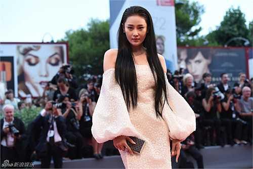 Tuy nhiên, trái với kỳ vọng của Trương Hinh Dư, cánh báo chí quốc tế lại không hề để ý đến cô. Dường như bạn gái cũ của Lý Thần vẫn không thể thắng nổi bạn gái hiện tại của anh - Phạm Băng Băng trên trường quốc tế.