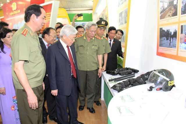 Bộ trưởng Trần Đại Quang trực tiếp giới thiệu với Tổng Bí thư những trang thiết bị hiện đại phục vụ công tác gìn giữ an ninh chính trị, TTATXH do lực lượng CAND sản xuất