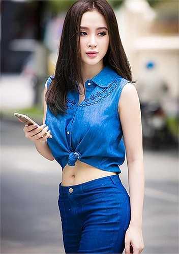 Angela Phương Trinh kheo eo con kiến bằng cặp đôi áo quần denim, với chiếc áo buộc vạt khỏe khoắn và gợi cảm.