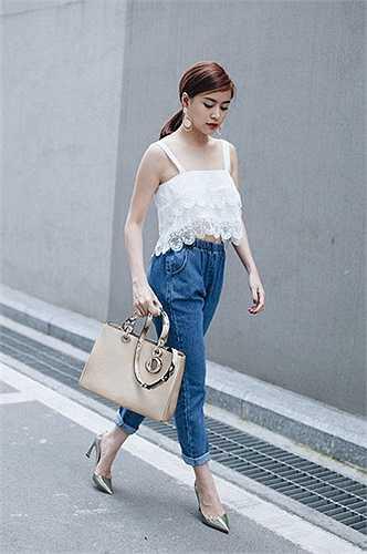 Hoàng Thùy Linh lại khiến những chiếc áo dây dáng lửng cháy hàng vì kết hợp khoe eo khéo léo cùng quần jeans.