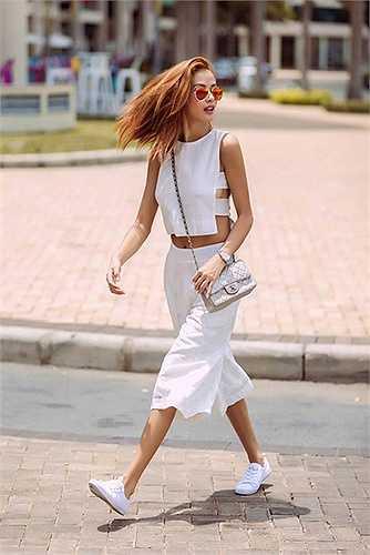 Người mẫu Như Vân gây ấn tượng khi chọn áo quần đồng điệu với đường cut-out eo và lưng.