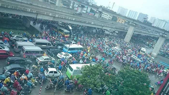 Sáng nay (4/9), nhiều tuyến đường ở Hà Nội rơi vào tình trạng ùn tắc dưới trời mưa. Đặc biệt tại tuyến Nguyễn Xiển - Khuất Duy Tiến - Nguyễn Trãi, dòng phương tiện chôn chân hàng tiếng đồng hồ. Hàng trăm bức ảnh về việc tắc đường đã được người dân chia sẻ, lan truyền trên mạng xã hội.