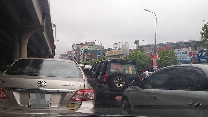 Ô tô kẹt cứng trên đường Nguyễn Xiển.