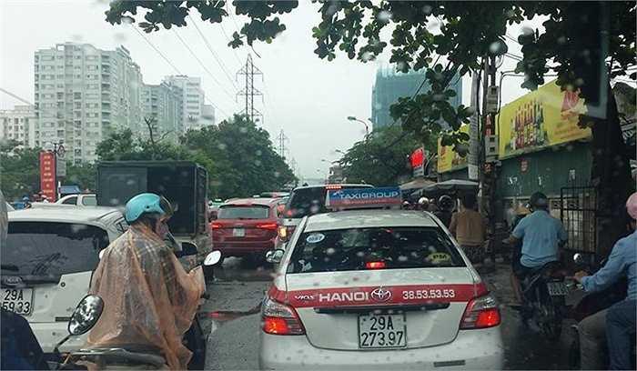 Cảnh ùn tắc tại đường Tam Trinh (Hà Minh/Ảnh: Otofun)