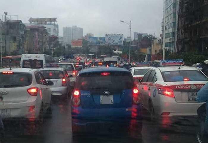 Ngay từ sáng sớm, đường Nguyễn Xiển - Khuất Duy Tiến đã rơi vào tình trạng ùn tắc kinh hoàng.